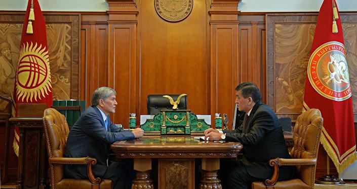Экс-президент Алмазбек Атамбаев жана президент Сооронбай Жээнбеков. Архивдик сүрөт