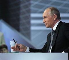 Россия президенти Владимир Путин жыл сайын өтүүчү түз байланыш учурунда.
