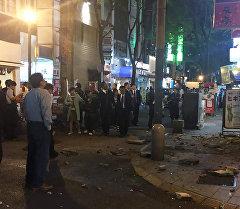 Жители стоят на улице после землетрясения в префектуре Кумамото, Япония.