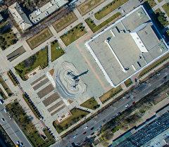 Вид с высоты на здание Кыргызской национальной филармонии им. Т. Сатылганова в Бишкеке. Архивное фото