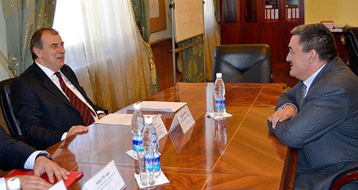 Мэр города Бишкек Албек Ибраимов и посол России Андрей Крутько на встрече.