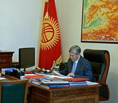 Президент КР Алмазбек Атамбаев и министр финансов Адылбек Касымалиев во время встречи
