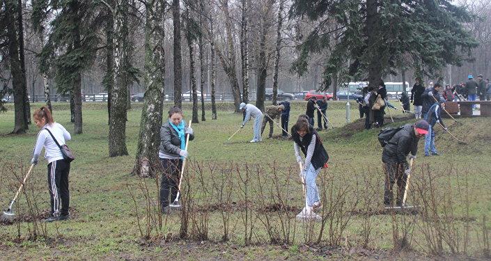 Представители кыргызской диаспоры совместно с сотрудниками посольства КР в России провели в Москве ежегодный весенний субботник