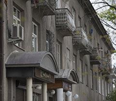 Вид на окна многоэтажного дома в одном из районов Бишкека. Архивное фото