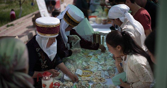 В Бишкеке прошел фестиваль курута — традиционного кисломолочного продукта