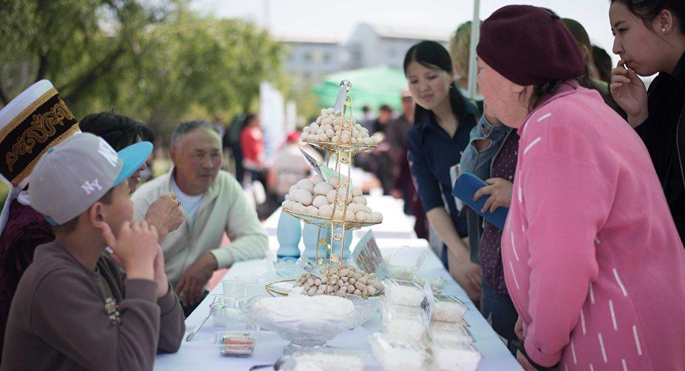 Люди на национальном фестивале курута в КТУ Манас в городе Бишкек