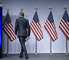 Президент США Барак Обама возле государственного флага США. Архивное фото