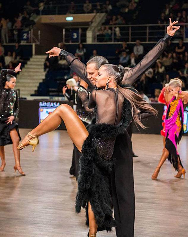 Танцевальная пара Семеренко Артем и Качалко Валерия из Кыргызстана, завоевавшая серебряную медаль на международном турнире по спортивным бальным танцам в Италии