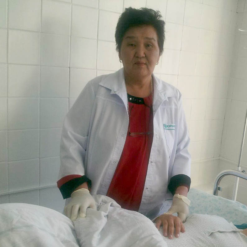 Акушер Анара Айткулуева во время осмотра пациентки. Архивное фото