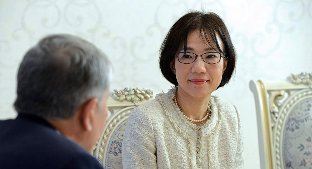 Директор Постоянного представительства АБР в Кыргызстане Рие Хираока во время встречи с Алмазбеком Атамбаевым