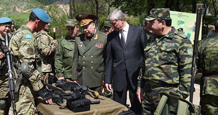 Военные презентовали зенитные пулеметы, снайперские винтовки, приборы ночного видения, снаряжение для альпинистов и многое другое.
