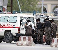 Медики и сотрудники правоохранительных органов на месте теракта в центральной части Кабула
