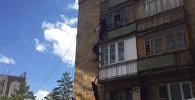 Спасатели сняли с балкона подозреваемого в кражах. Кадры спецоперации