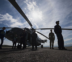 Военнослужащие у вертолета Ми-8МТВ. Архивное фото