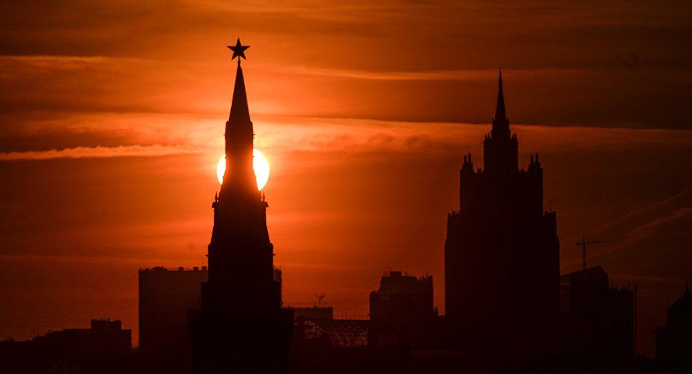 Одна из башен Московского Кремля на закате. Архивное