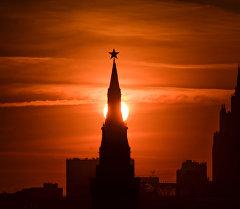 Одна из башен Московского Кремля на закате. Архивное фото