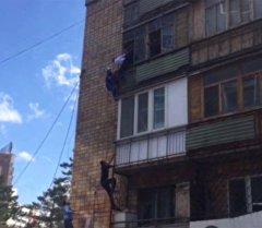 Казакстанда уурулукка шектүү жаран балкондон кармалды. Атайы операциядан кадрлар