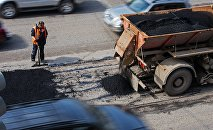 Рабочий во время ремонта дорожного покрытия. Архивное фото
