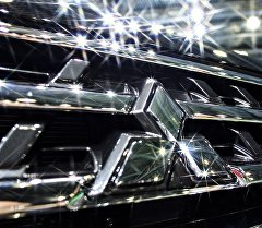 Эмблема Mitsubishi на автомобиле. Архивное фото