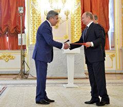 Президент России Владимир Путин (справа) и чрезвычайный и полномочный посол Кыргызской республики Болот Отунбаев.