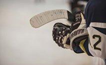 Хоккеист держит клюшку. Архивное фото