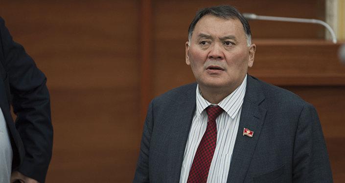 Архивное фото депутата ЖК КР от партии Онугуу-Прогресс Камчыбека Жолдошбаева на заседании.