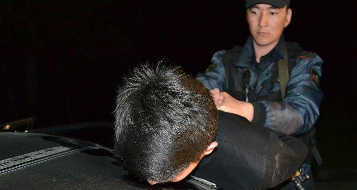 Сотрудники милиции во время задержания молодых людей, готовивших вооруженное ограбление. Архивное фото