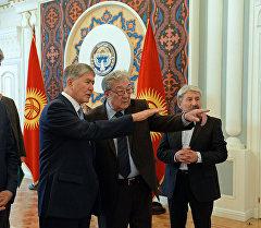 Президент Алмазбек Атамбаев 1916-жылдагы окуялардын учурунда курман болгондорго арналган эстелик мемориалдын долбоорунун авторлорун кабыл алды