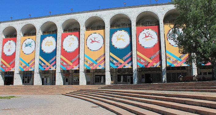 Логотип Игр кочевников на площади Ала-Тоо в Бишкеке