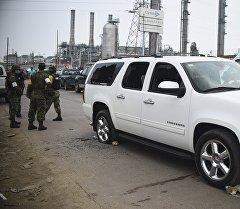 Солдаты на месте взрыва на химическом заводе в Мексике