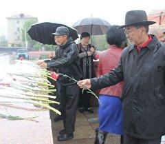 Члены Коммунистической партии Кыргызстана возложили цветов к памятнику Ленину на главной площади Оша.