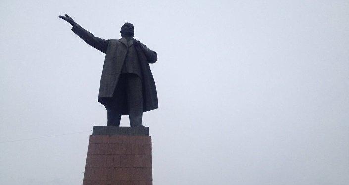 Члены Коммунистической партии Кыргызстана в пятницу, в день рождения Ленина, возложили цветы к его памятнику на главной площади Оша.