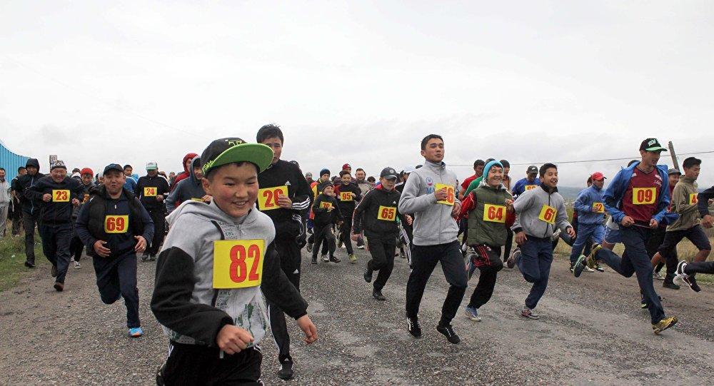 Участники марафонского забега в городе Каракол.