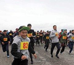 Ысык-Көлдүн жээгиндеги 9 чакырымдык марафондун катышуучулары