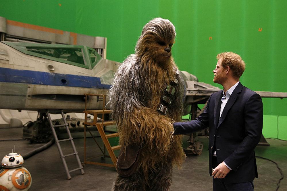 Посещение британских принцев Уильяма и Гарри съемочной площадки киностудии Pinewood Studios в Бакингемшире