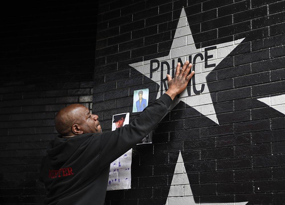 Акции памяти в честь легендарного американского певца Принса в США