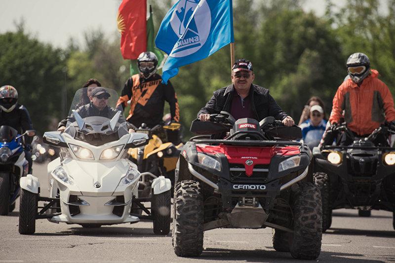 В Бишкеке возле площади Победы состоялось открытие мотосезона-2016 с участием более 100 спортсменов из России, Казахстана, Таджикистана и Узбекистана. Ежегодное шоу проводится в целях обеспечения безопасного движения мотоциклистов и автомобилистов на трассах страны, а также популяризации мотоциклетного спорта. На фото: мэр Бишкека Албек Ибраимов на квадроцикле во время мотопробега.