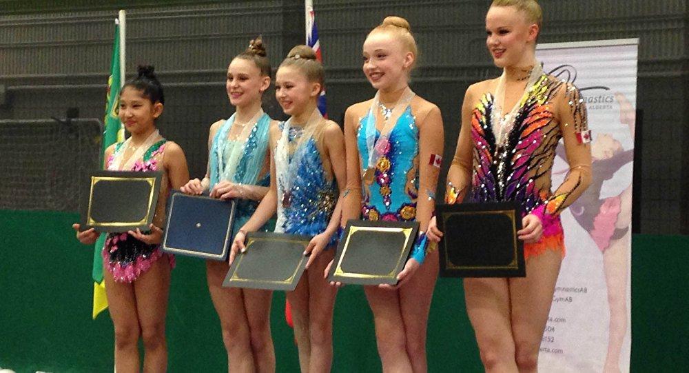 Гимнастка из Кыргызстана — Сауле Ашимова(крайняя слева) на соревнованиях по художественной гимнастике Canadian Western Regional Rhythmic Gymnastics Championship в Канаде