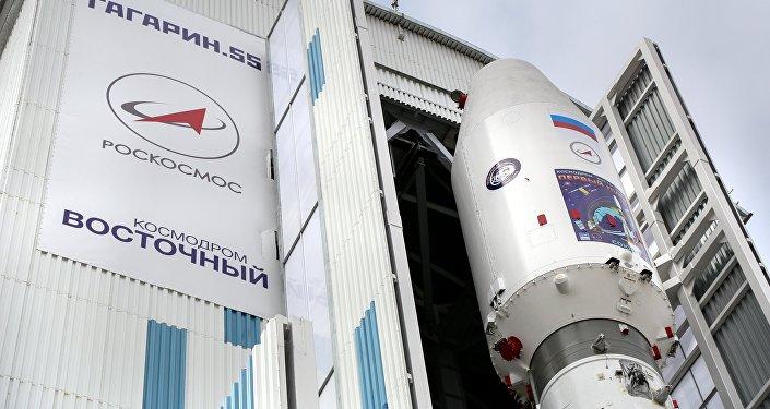 Установка ракеты Союз-2.1а с космическими аппаратами Ломоносов, Аист-2Д и SamSat-218 и наезд мобильной башни обслуживания на стартовый стол на космодроме Восточный.
