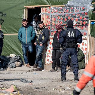 Сотрудники полиции Франции на поселении мигрантов. Архивное фото