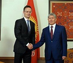 Президент Алмазбек Атамбаев во время встречи с министром внешнеэкономических связей и иностранных дел Венгрии Петером Сийярто