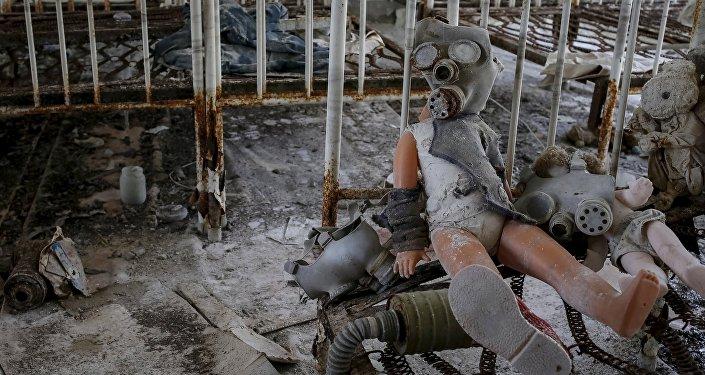 Противогаз, надетый на детскую куклу, в одном из зданий заброшенного города Припять