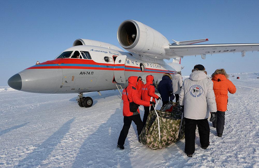 Знамя Победы развернуто на Северном полюсе