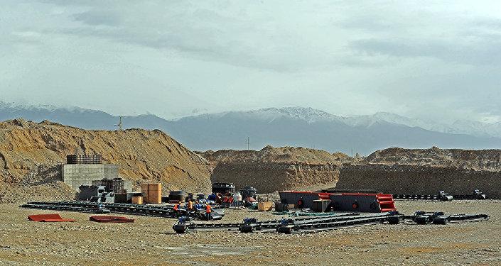 На данном участке трассы работа начата в ноябре 2015 года китайской компанией Лонг Хай, являющейся подрядчиком по строительству автодороги.