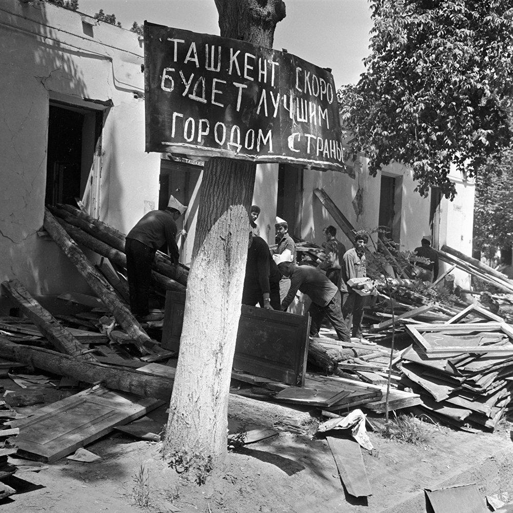 Жители города разбирают разрушенные дома
