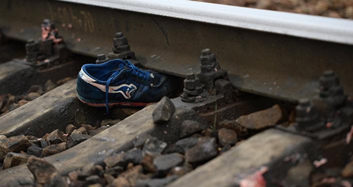Ботинки на железной дороге. Архивное фото