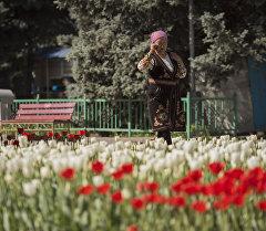 Бишкекте телефон суйлошуп аткан аял. Архив