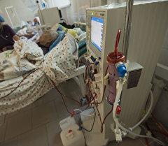 Мужчина проходит лечение острой и хронической почечной недостаточности с помощью аппарата искусственная почка. Архивное фото