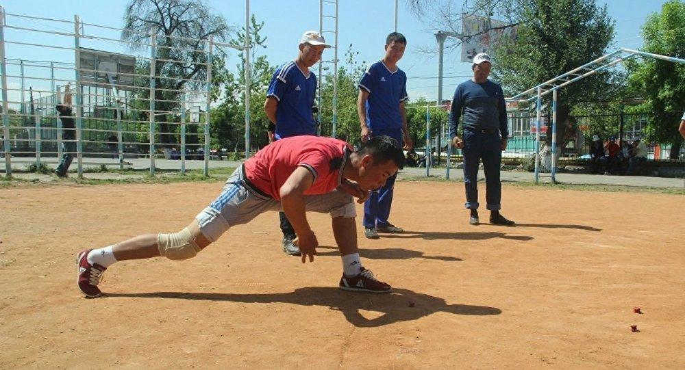 Игрок национальной игры ордо во время чемпионата Кыргызстана в городе Ош