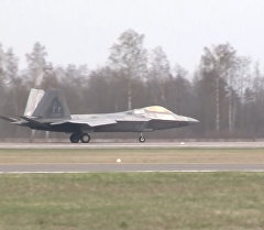 Прибытие истребителей США F-22 Raptor на авиабазу в Литве